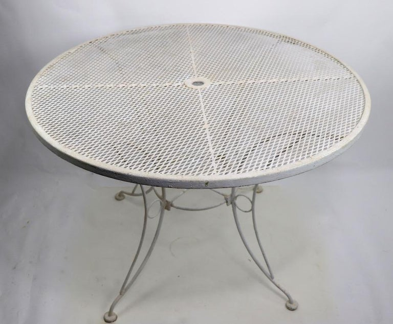 Round Garden Patio Wrought Iron Dining Table In Good Condition For Sale In New York, NY