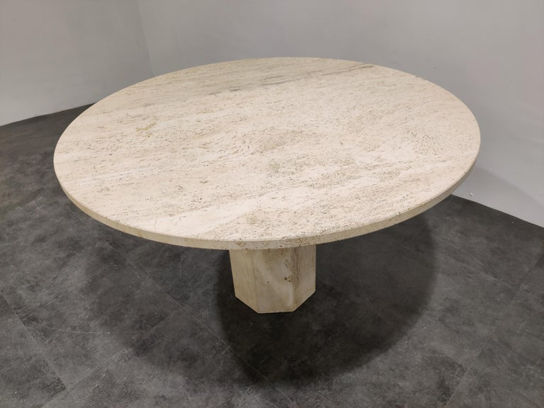 Round Italian Travertine Dining Table, 1970s In Good Condition In Neervelp, BE