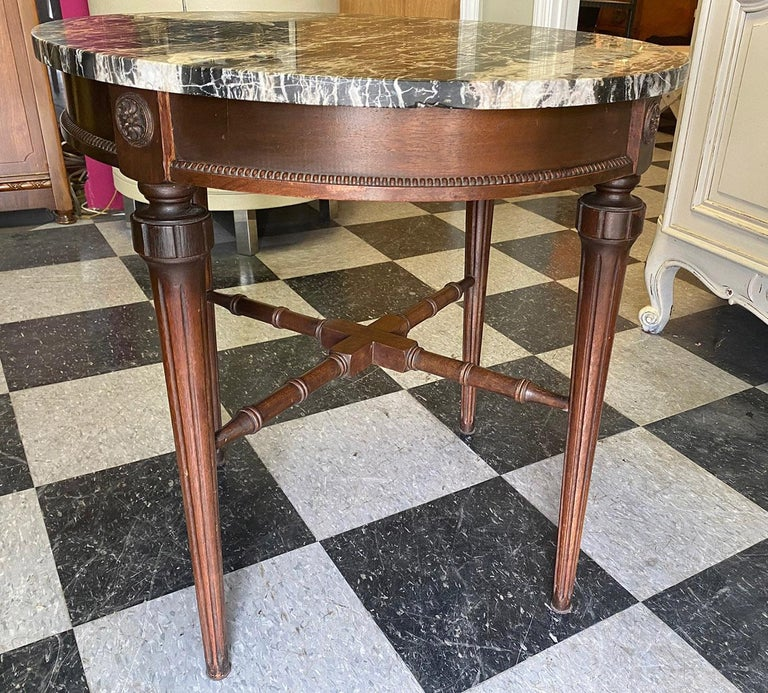 Round Marble-Top End Table In Good Condition For Sale In Livingston, NJ