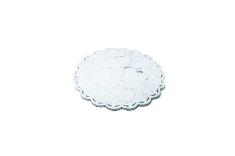 Round marble tray or plate with lace edge in grey/white/black marble. Each piece is in a way unique (every marble block is different in veins and shades) and handmade by Italian artisans specialized over generations in processing marble. Slight