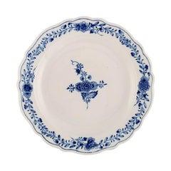 Round Meissen Neuer Ausschnitt Serving Dish in Hand-Painted Porcelain