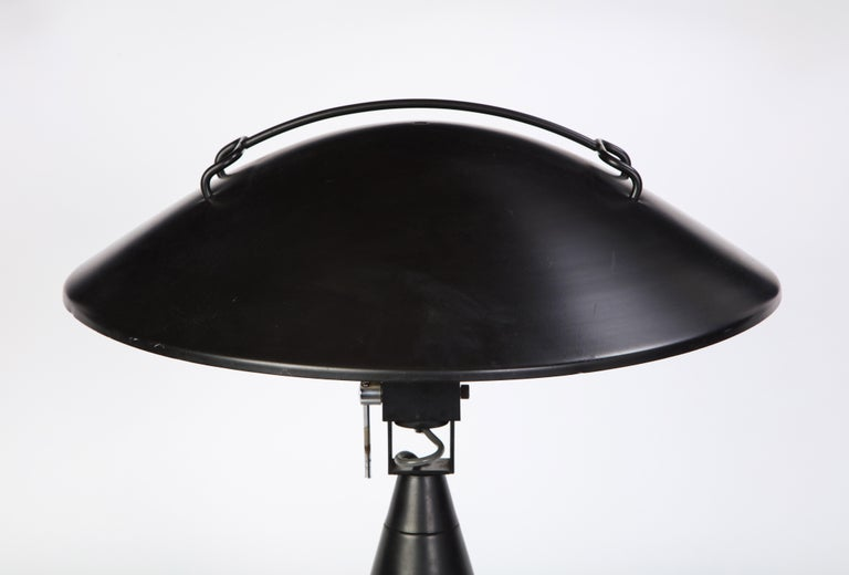 Round Metal Desk Lamp in Black, Modern In Good Condition For Sale In New York, NY