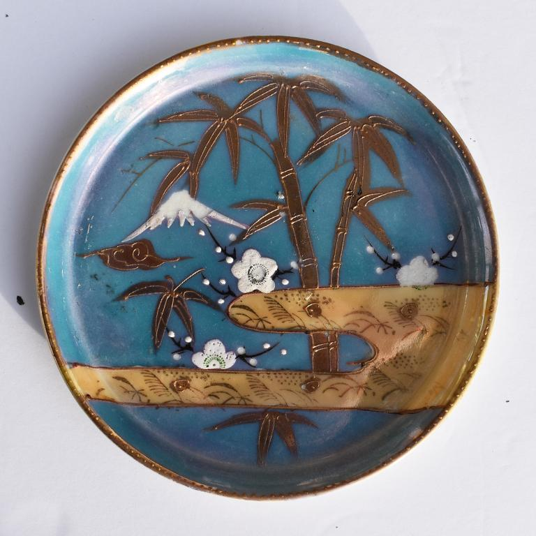 Small round midcentury ceramic vide-poche or decorative dish tray from Japan. Round and circular in shape, with short sides, this small dish would function wonderfully as a coin dish, catch-all for an entryway or nightstand or as a wine bottle