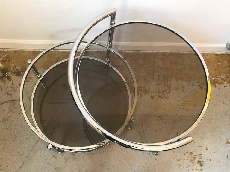 Round Mid-Century Two-Tier Expandable Chrome & Smoke Glass Side or Coffee Table In Good Condition For Sale In Bedford Hills, NY