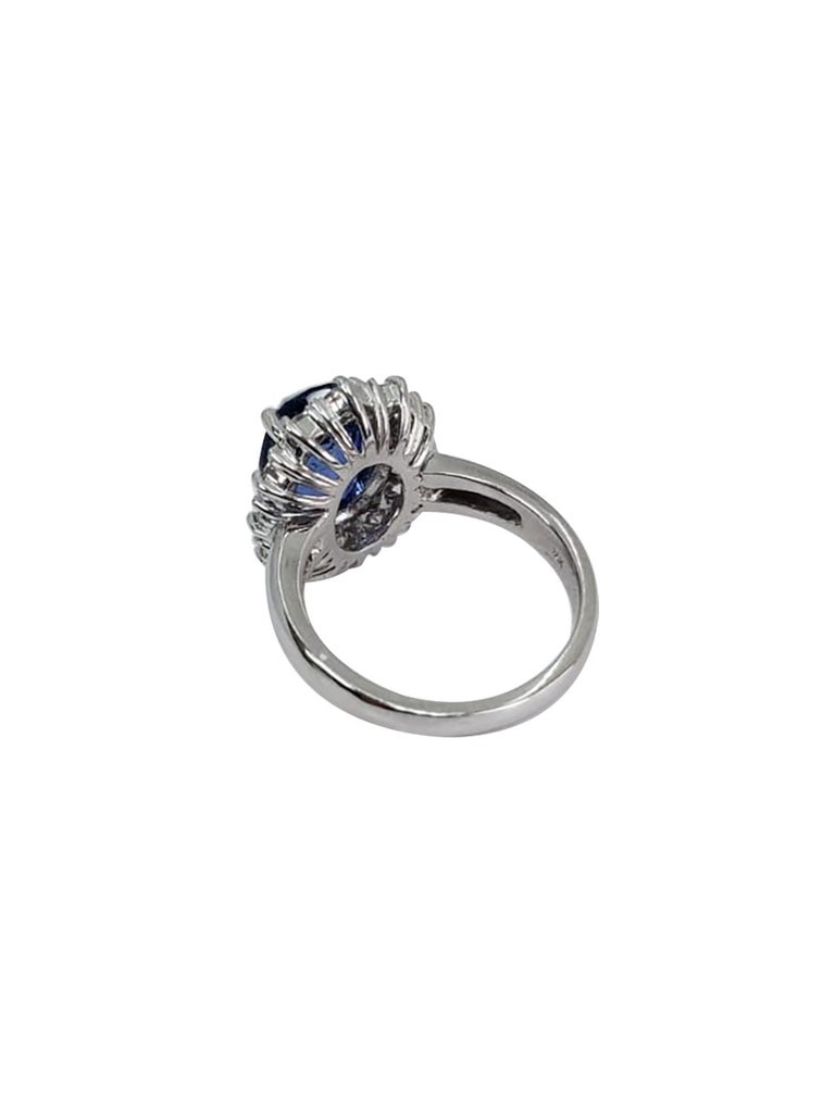 Round Sapphire and Diamond Ring with 18 Karat White Gold In Excellent Condition For Sale In Great Neck, NY