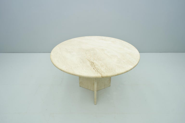 Round dining table in travertine, Italy late 1970s with a beautiful grain.