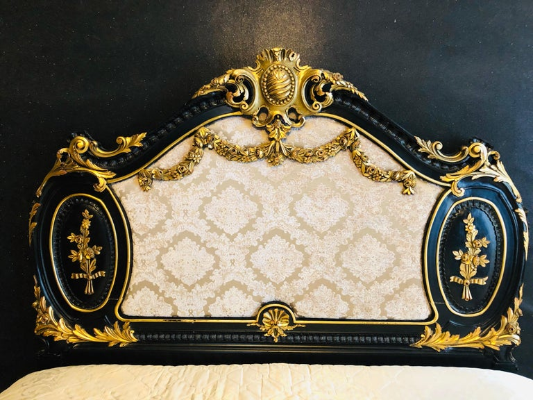 Royal Bed in Louis XV Style Custom Made In Good Condition For Sale In Berlin, DE
