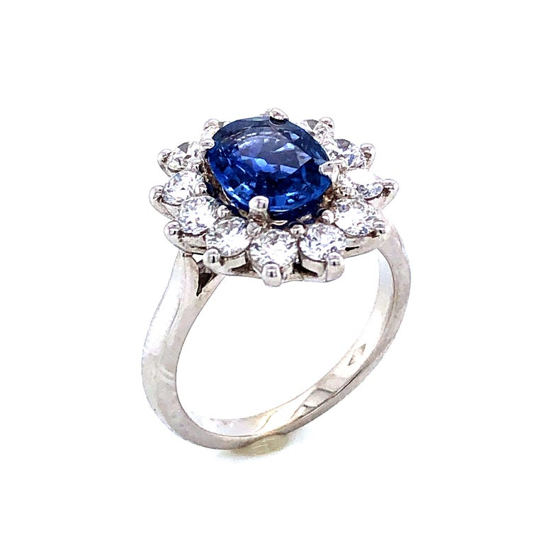 Royal Ceylon Sapphire and White Diamonds on White Gold Engagement Ring In New Condition For Sale In Vannes, FR
