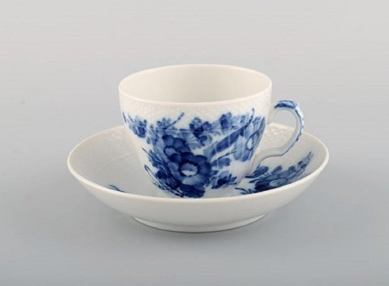 Royal Copenhagen blue flower curved coffee service for twelve people. 1960s. Model number 10/1549. Consisting of twelve coffee cups (10/1549) with saucers and twelve plates (10/1625). The cup measures: 7.2 x 6 cm. Saucer diameter: 13 cm. Plate