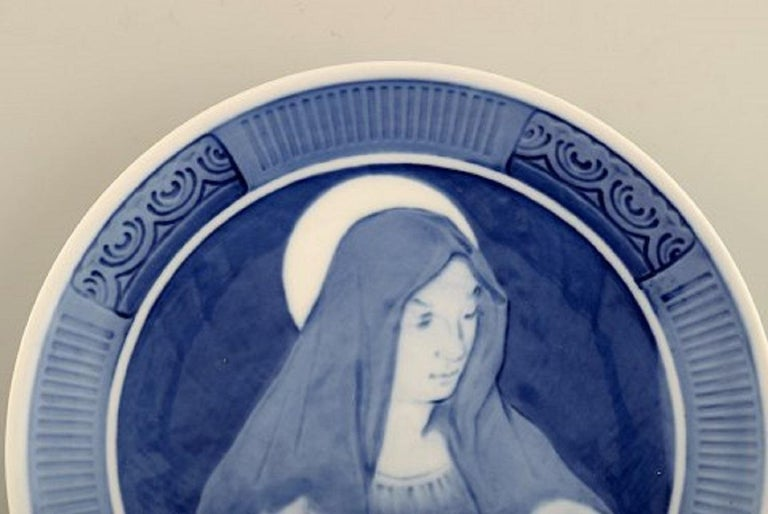 Royal Copenhagen Christmas plate from 1920. Measure: Diameter: 18 cm. In excellent condition. 1st factory quality. Stamped.