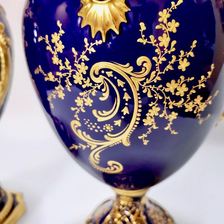 Royal Worcester 2 Porcelain Vases, Mazarine Blue, Orchids Signed F Roberts, 1901 For Sale 6