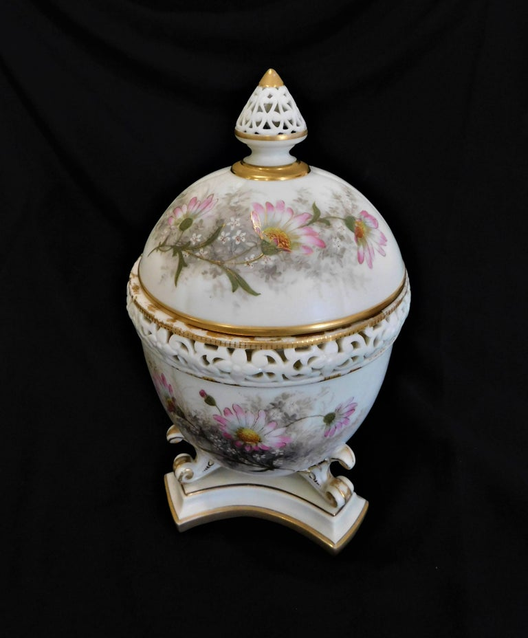 Royal Worcester Lidded Potpourri Porcelain Jar with Lid and Cover In Good Condition For Sale In Hamilton, Ontario