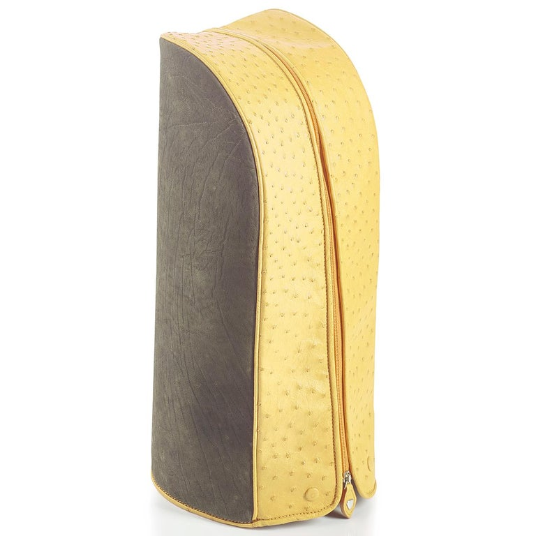 This stunning golf bag in a cheerful yellow hue is part of the Royal collection, an exclusive and elegant series of pieces that will be functional and refined on any golf course. Crafted using the finest ostrich leather and calfskin, it features