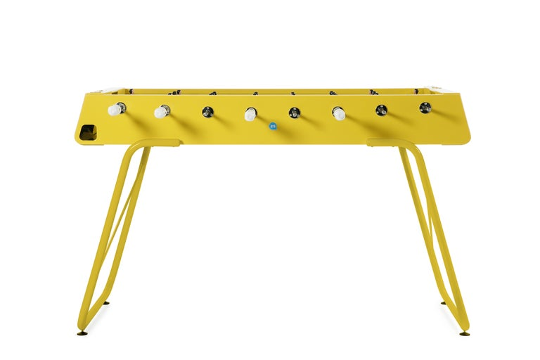 The R#3 is a football table for everyone. The RS#3 lets you enjoy the same game as its bigger cousin, the RS#2, but with new features. The same model is made for both outdoor and indoor use. Its new lines and legs make it lighter but without losing