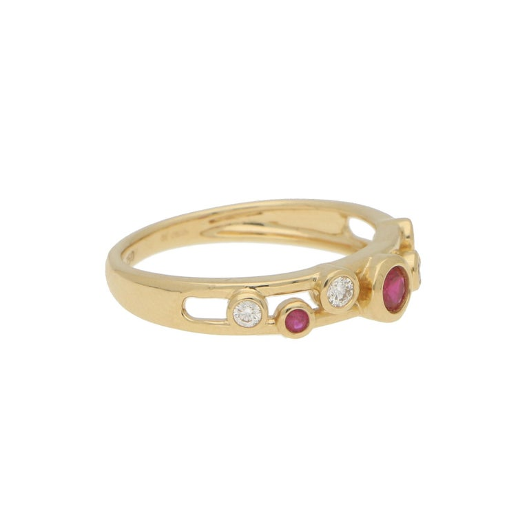 Ruby and Diamond Retro Bubble Ring Set in 18 Karat Yellow Gold In Good Condition For Sale In London, GB