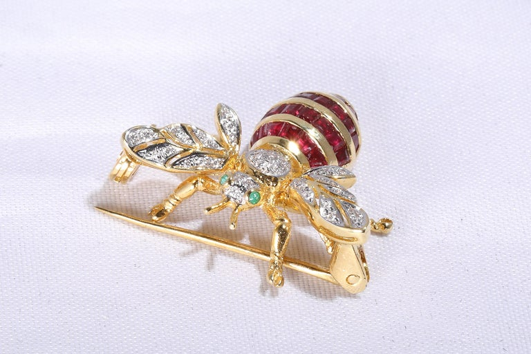 Ruby Brooch in the Shape of a Bee In New Condition In Bad Kissingen, DE