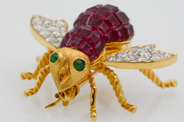 Retro Ruby Diamond and Emerald 18 Karat Yellow Gold French Bee Pin For Sale