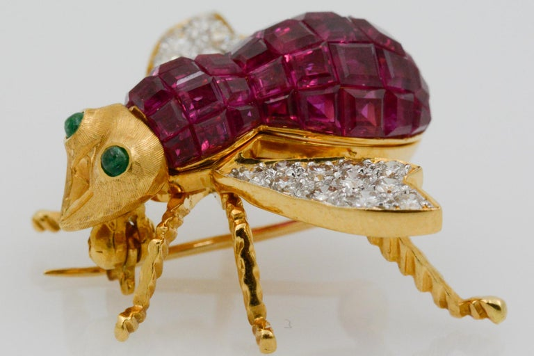 Round Cut Ruby Diamond and Emerald 18 Karat Yellow Gold French Bee Pin For Sale