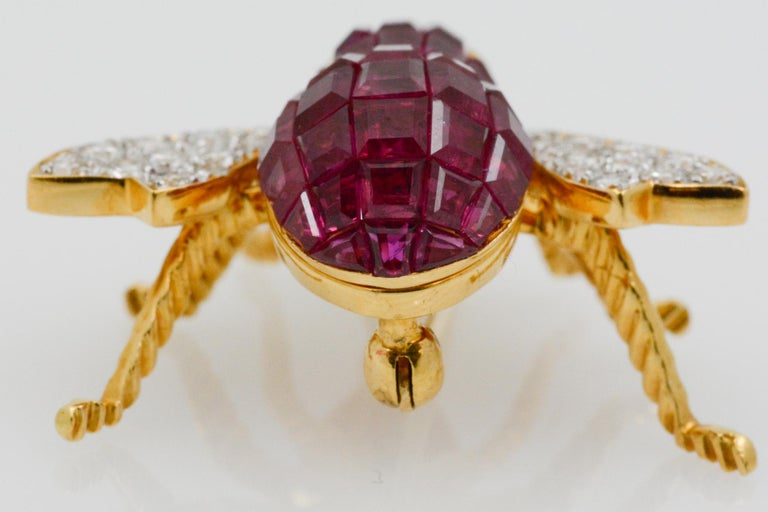 Ruby Diamond and Emerald 18 Karat Yellow Gold French Bee Pin In Good Condition For Sale In Dallas, TX