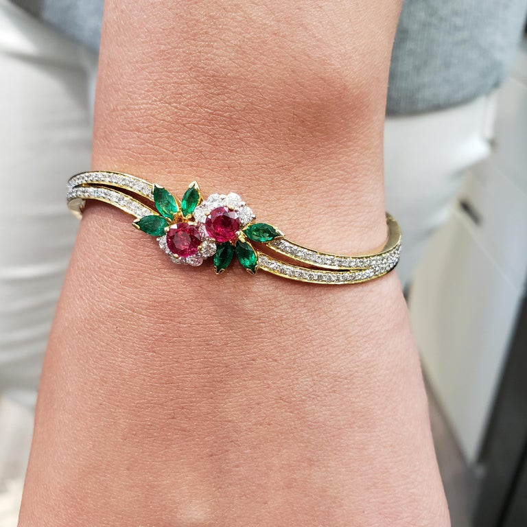 Ruby Emerald Diamond Gold Bangle Bracelet In Excellent Condition For Sale In New York, NY