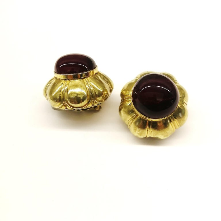 Ruby poured glass and gilt metal earrings, Goossens for Chanel, France, 1960s. In Good Condition For Sale In London, GB