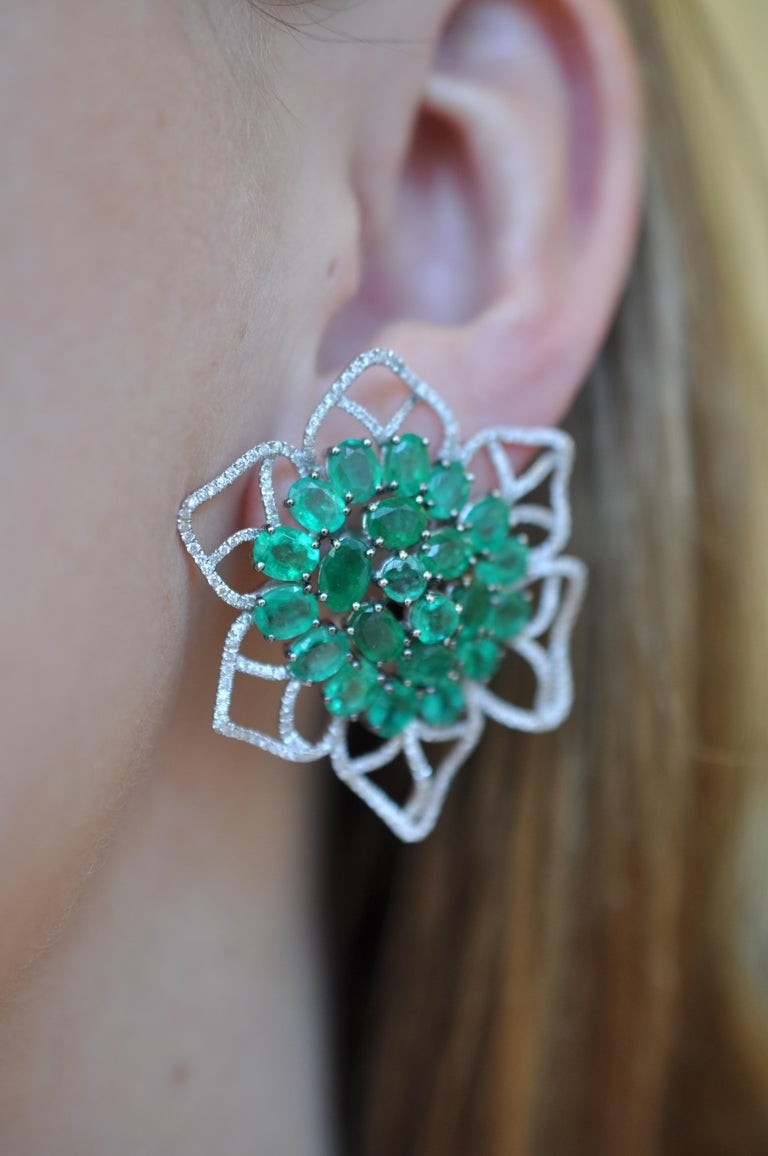 Ruchi New York Emerald and Diamond Flower Stud Earrings In New Condition For Sale In New York, NY