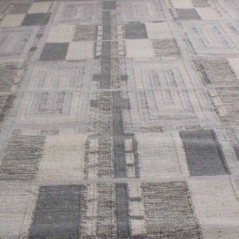 Originating from India, this pile rug hails from Rug & Kilim's Scandinavian-inspired collection, hand knotted with high-quality New Zealand wool featuring a chic geometric all-over field design with Industrial and forgiving multi-tonal silver-gray