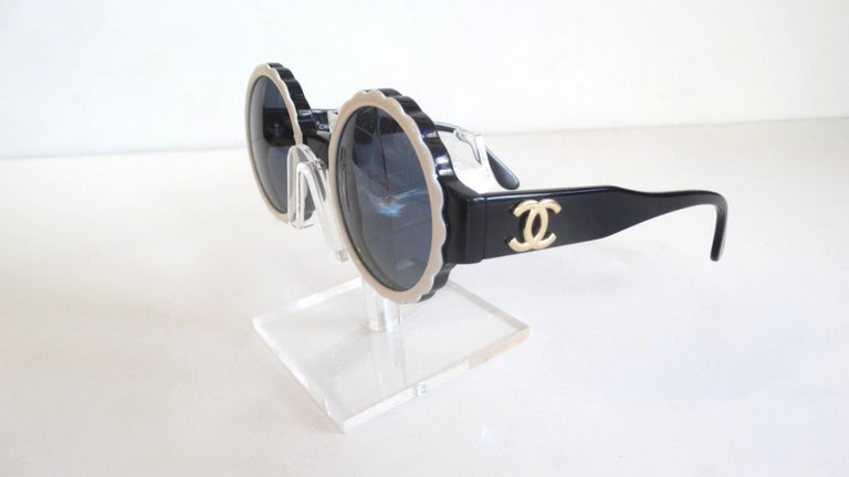 Runway 1994 Chanel White & Black Scalloped Circle Sunglasses For Sale 6