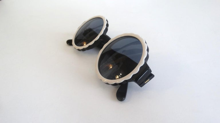 Runway 1994 Chanel White & Black Scalloped Circle Sunglasses For Sale 1