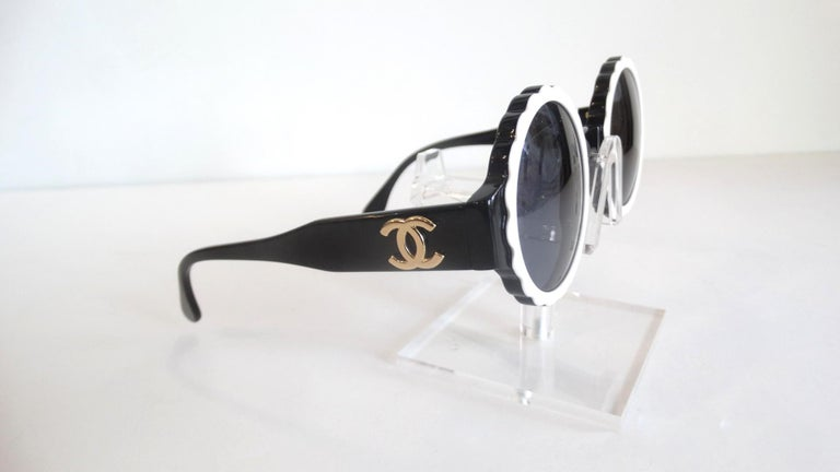 Runway 1994 Chanel White & Black Scalloped Circle Sunglasses For Sale 4