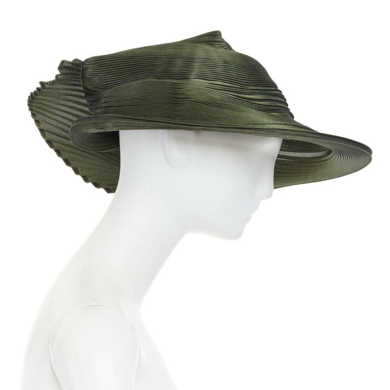 runway ISSEY MIYAKE SS15 orbital green structure pleated fascinator hat rare In Excellent Condition For Sale In Hong Kong, NT