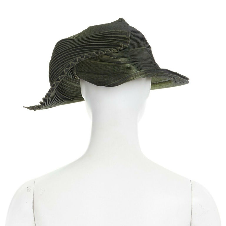 runway ISSEY MIYAKE SS15 orbital green structure pleated fascinator hat rare For Sale 1