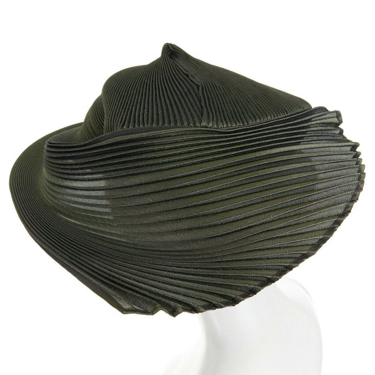 runway ISSEY MIYAKE SS15 orbital green structure pleated fascinator hat rare For Sale 2