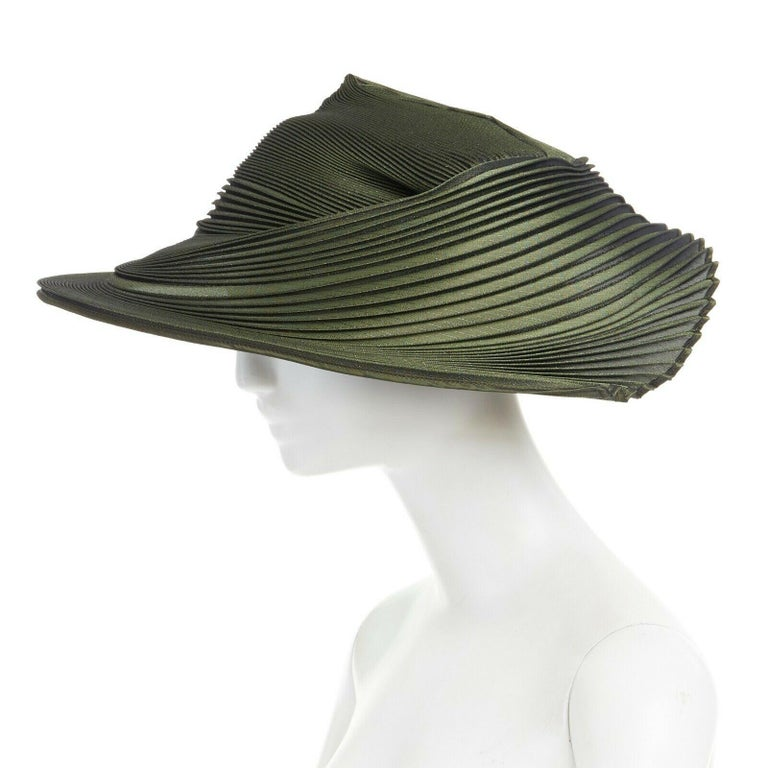 runway ISSEY MIYAKE SS15 orbital green structure pleated fascinator hat rare For Sale 3