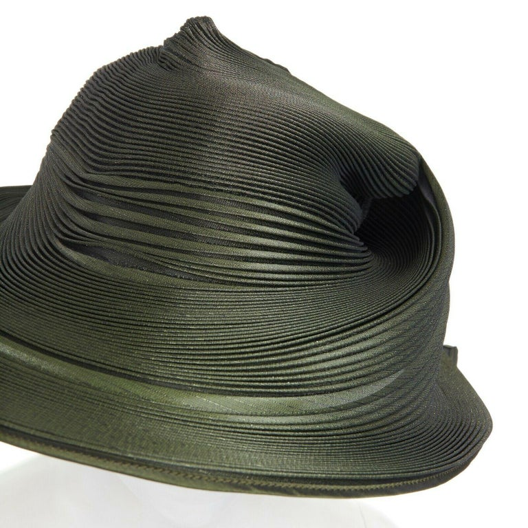 runway ISSEY MIYAKE SS15 orbital green structure pleated fascinator hat rare For Sale 5