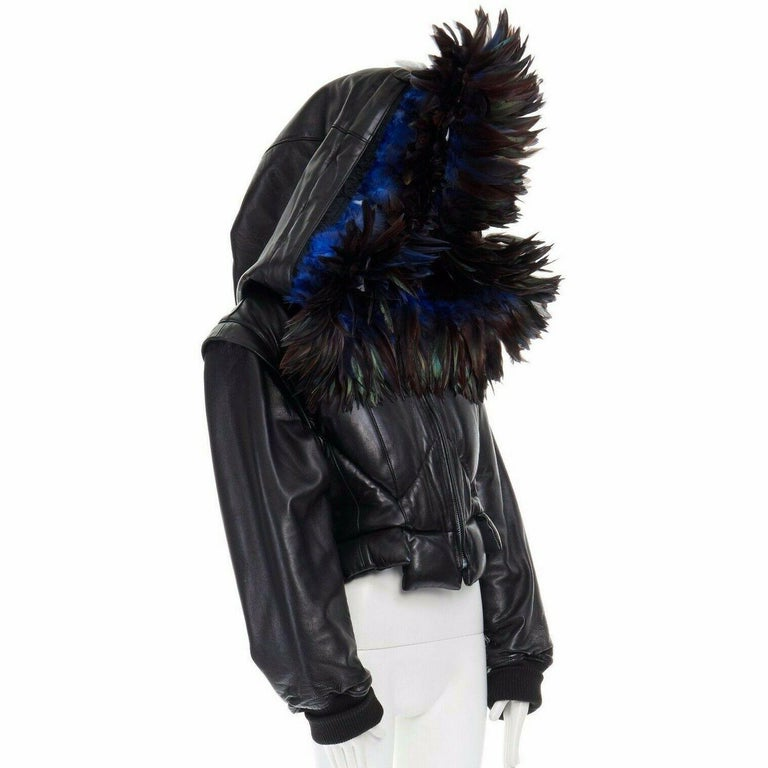runway YOHJI YAMAMOTO AW05 black padded leather oversized feather hood down M  YOHJI YAMAMOTO FROM THE FALL WINTER 2005 RUNWAY Leather and feather . Black padded jacket . Cropped fit . Extremely oversized hood trimmed with blue bird feathers . Zip