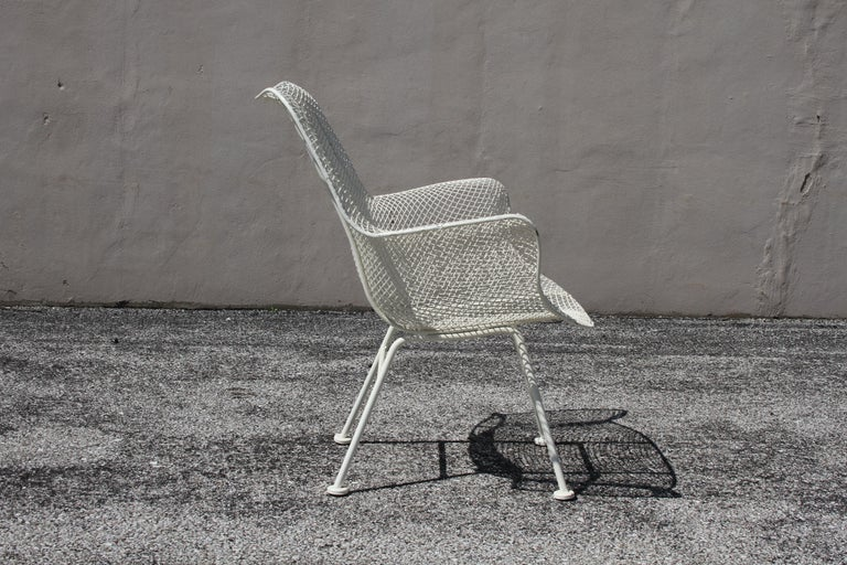 Russell Woodard Mid-Century Modern White Mesh Sculptura High Back Lounge Chair  In Good Condition For Sale In St. Louis, MO