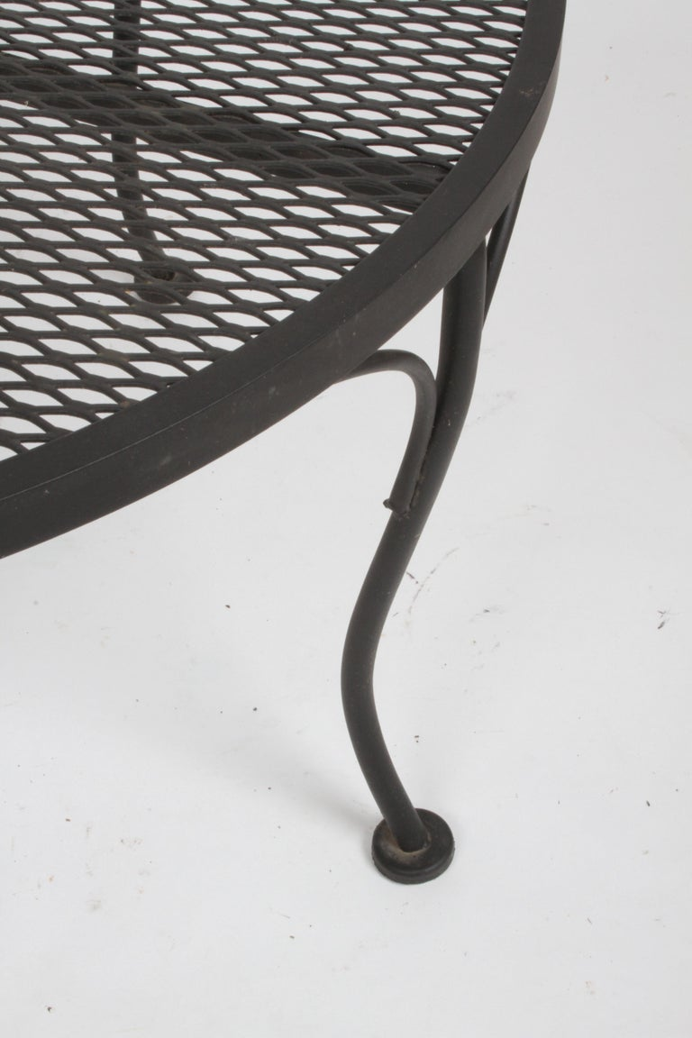 Russell Woodard Round Black Wrought Iron & Mesh Patio Coffee of Side Table In Good Condition For Sale In St. Louis, MO