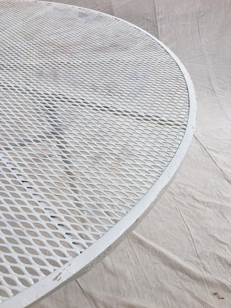 Russell Woodard Round Patio Table In Good Condition For Sale In Philadelphia, PA