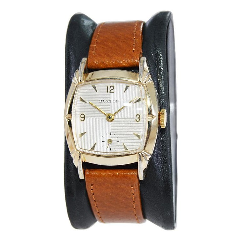 FACTORY / HOUSE: Ruxton Watch Company STYLE / REFERENCE: Art Deco / Cushion Shape METAL / MATERIAL: Yellow Gold Filled CIRCA / YEAR: 1940's DIMENSIONS / SIZE: 34mm x 28mm MOVEMENT / CALIBER: Manual Winding / 17 Jewels  DIAL / HANDS: Original