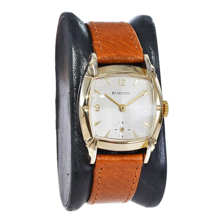 Ruxton Gold Filled Art Deco Cushion Shaped Wristwatch from 1940's In Excellent Condition For Sale In Long Beach, CA