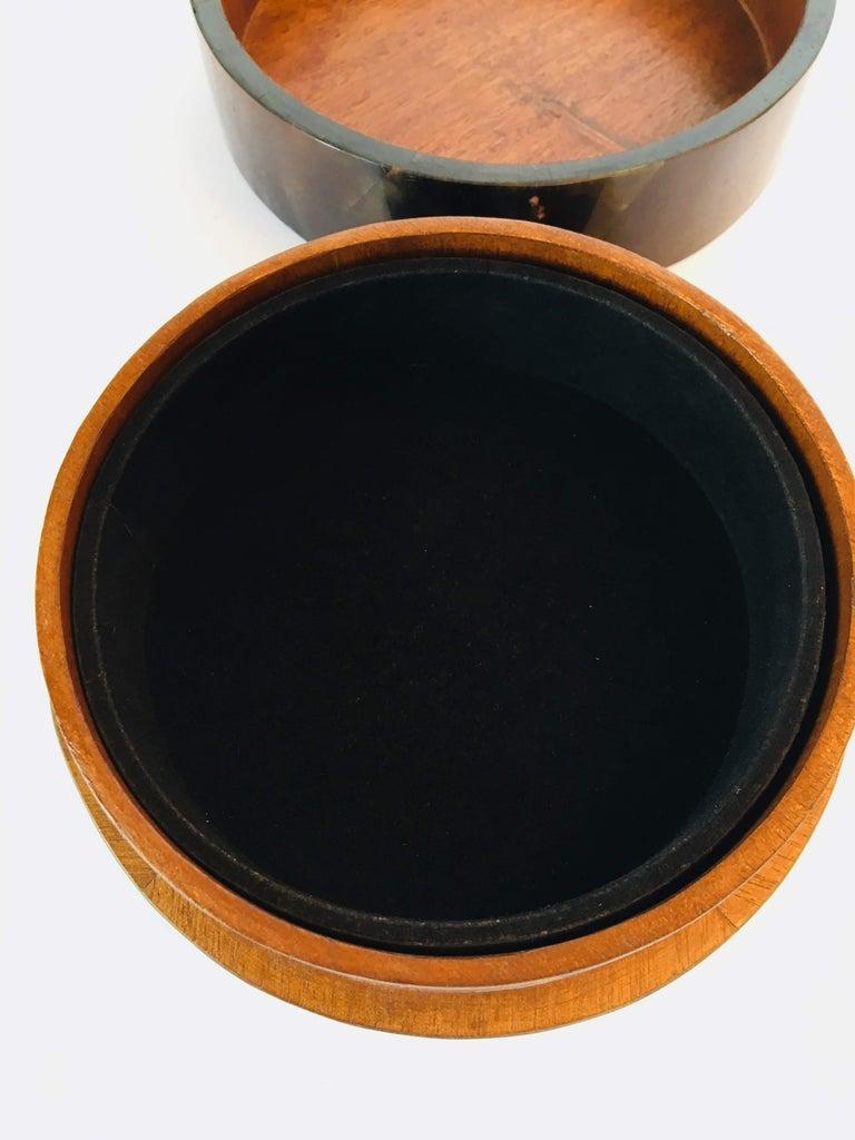 R&Y Augousti Round Pen Shell Box For Sale 1