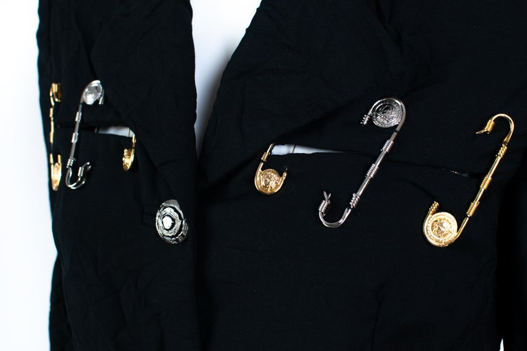 S/S 1994 Gianni Versace Couture Medusa Safety Pin Blazer Runway  In Good Condition For Sale In Philadelphia, PA