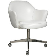 Saarinen Executive Armchairs in White Leather, Swivel Base
