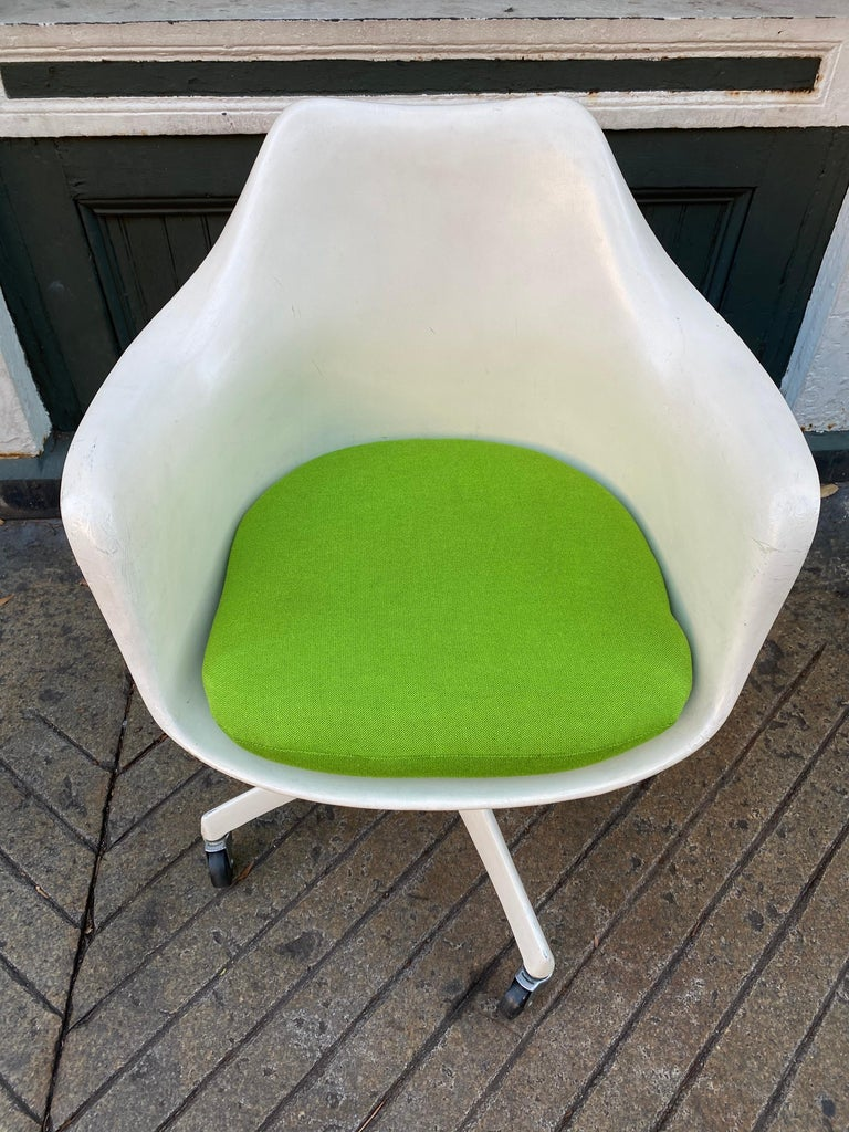 Mid-Century Modern Saarinen for Knoll Executive Desk Chair For Sale