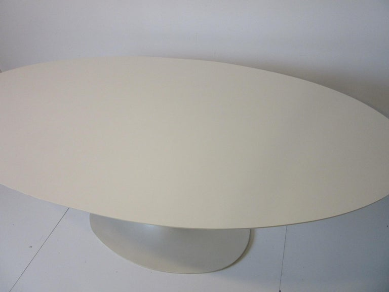 Saarinen Styled Tulip Based Table Desk by Maurice Burke for Burke International In Good Condition For Sale In Cincinnati, OH