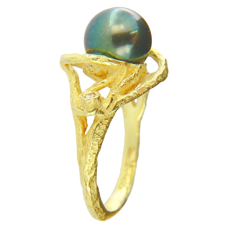 Contemporary Sacchi Tahitian Black Pearl and Diamonds 18 Karat Yellow Gold Cocktail Ring For Sale