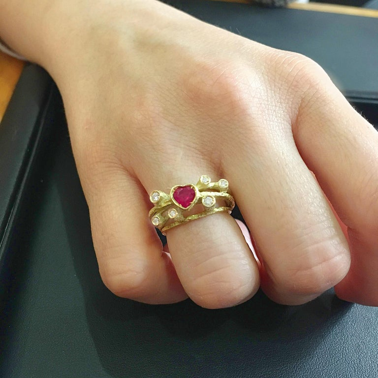 Sacchi Heart Ruby and Diamonds Gemstone Cocktail Ring 18 Karat Yellow Gold In New Condition For Sale In Rome, IT