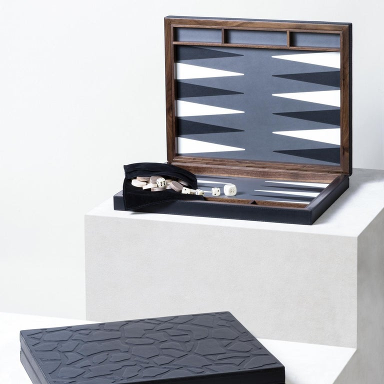 Part of the Tosca collection, this elegant backgammon board and case is part of a limited series and will be a striking addition to a personal collection, or a superb gift for a game lover. Its structure in walnut features three open compartments at