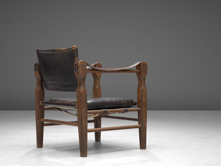 Mid-Century Modern Safari Chair in Patinated Brown Leather and Oak, 1940s For Sale